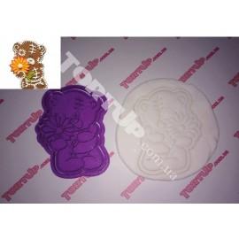 Пластиковая вырубка с оттиском Тедди с цветком 10см